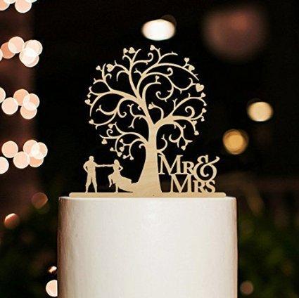 Tortenaufsatz mit Aufschrift 'Mr and Mrs', Braut und Bräutigam, Tanz unter Blütenbaum, rustikaler Tortenaufsatz