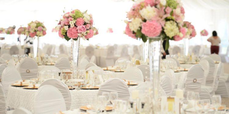 20 Beispiele für Blumen auf runden Tischen für die Hochzeit