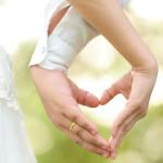 Brautpaar macht Herz mit Hand