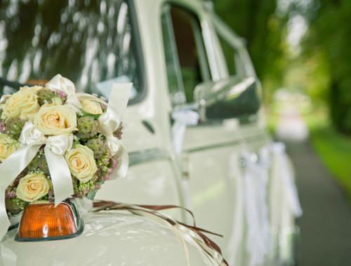 Autoschmuck für den Tag der Hochzeit