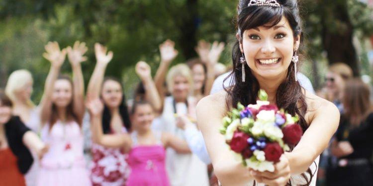Brautstrauß werfen am Tag der Hochzeit