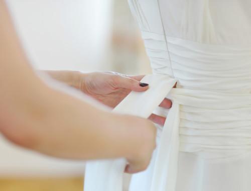 Wenn Töchter das Hochzeitskleid der Mutter anprobieren