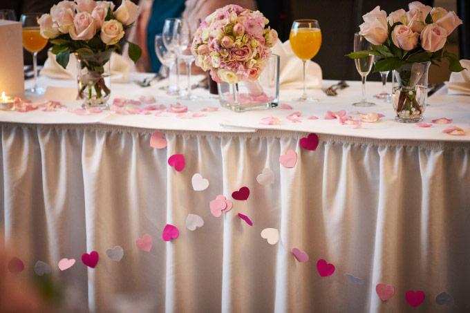 Wie die DIY Girlande mit Herzen am Brauttisch aussieht