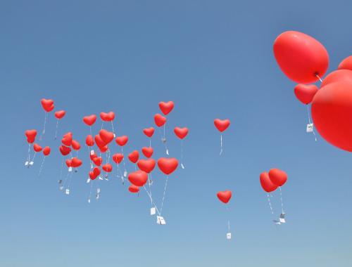 Ballons steigen lassen zur Hochzeit