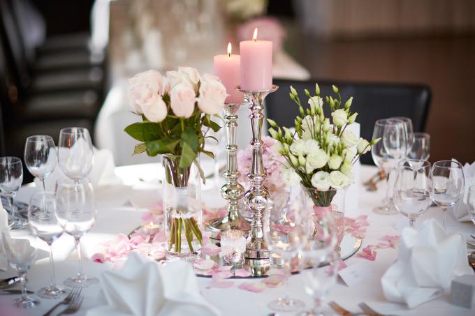 Tischdeko in Rosa und Weiß mit Spiegelplatte