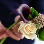 Einen Brautstrauß mit Callas und anderen Blumen selber machen