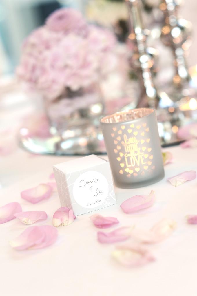 Tischdekoration mit Blumen auf unserer Hochzeit und Marmelade in einer kleinen Schachtel als Gastgeschenk