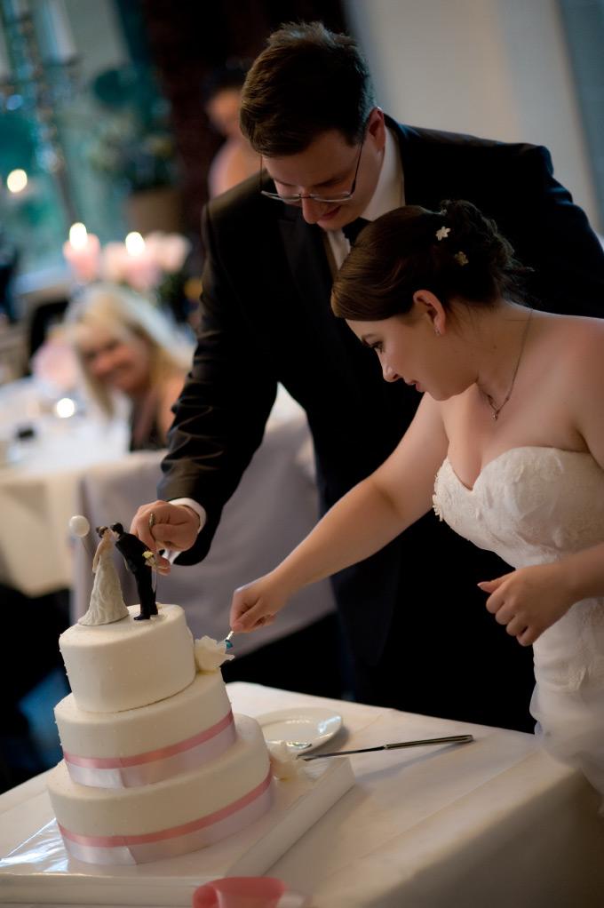 Hochzeitstorte anschneiden Bild 2