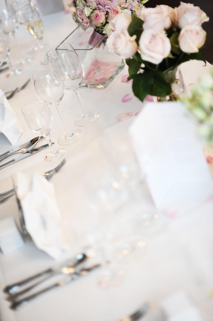 Tischdekoration mit Blumen auf unserer Hochzeit Bild 1