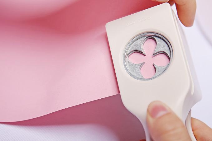 DIY: Einen PomPom aus ausgestanzten Blüten selber machen Bild 3