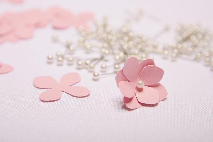 DIY: Einen PomPom aus ausgestanzten Blüten selber machen Bild 6