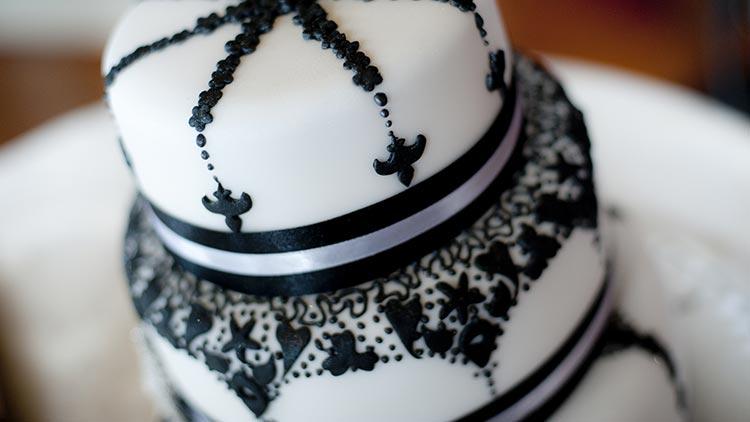 42 Beispiele für Hochzeitstorten in Schwarz / Weiß