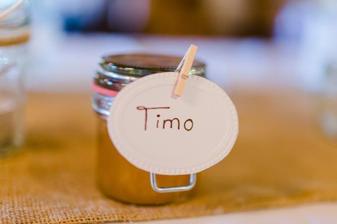 Marmelade in einem kleinen Glas und Namensschild bei der Hochzeit