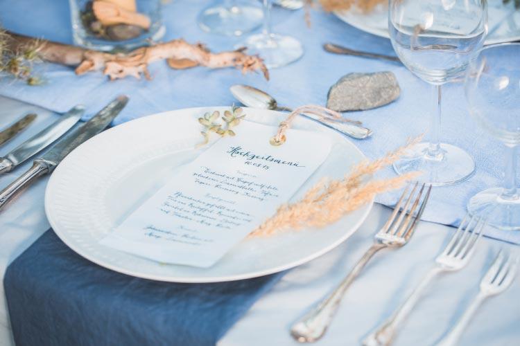 a-promise-of-summer-breeze39-Tischdeko-mit-Papeterie-Hochzeit