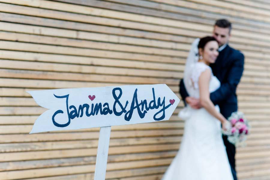 Schild mit den Namen von Braut und Bräutigam