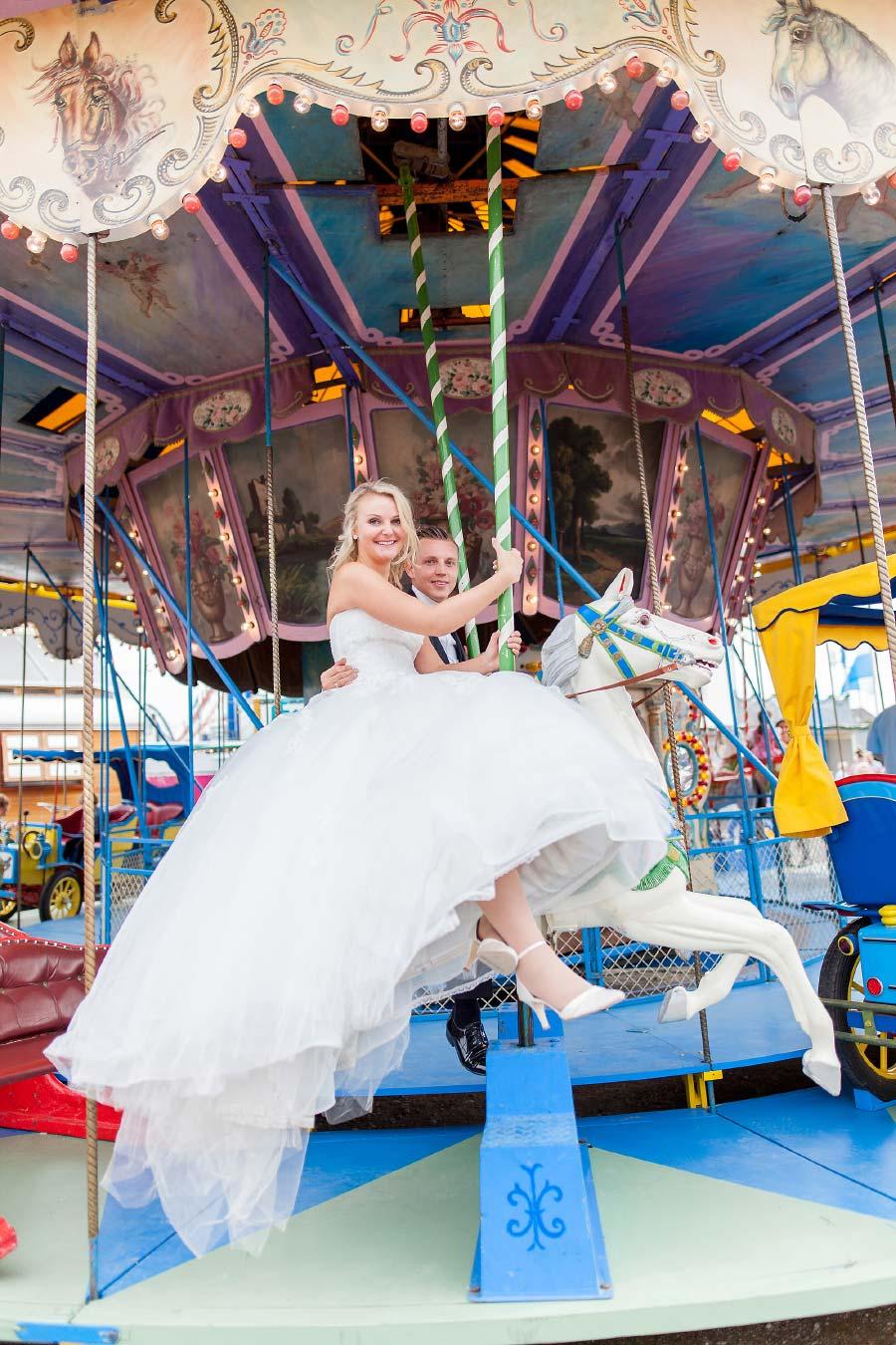 Braut und Bräutigam auf einem Karusell