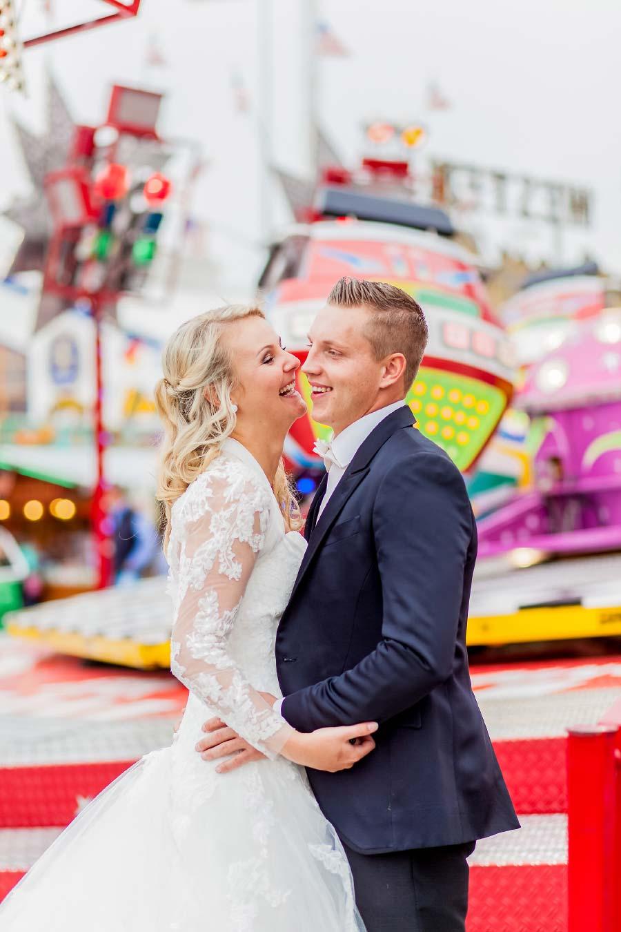 Brautpaar beim Fotoshooting auf dem Oktoberfest