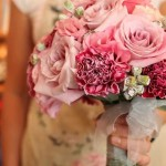 Ein Brautstrauß in Rosa mit Rosen und Nelken