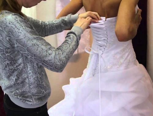 Eine Anleitung zur Schnürung von einem Brautkleid