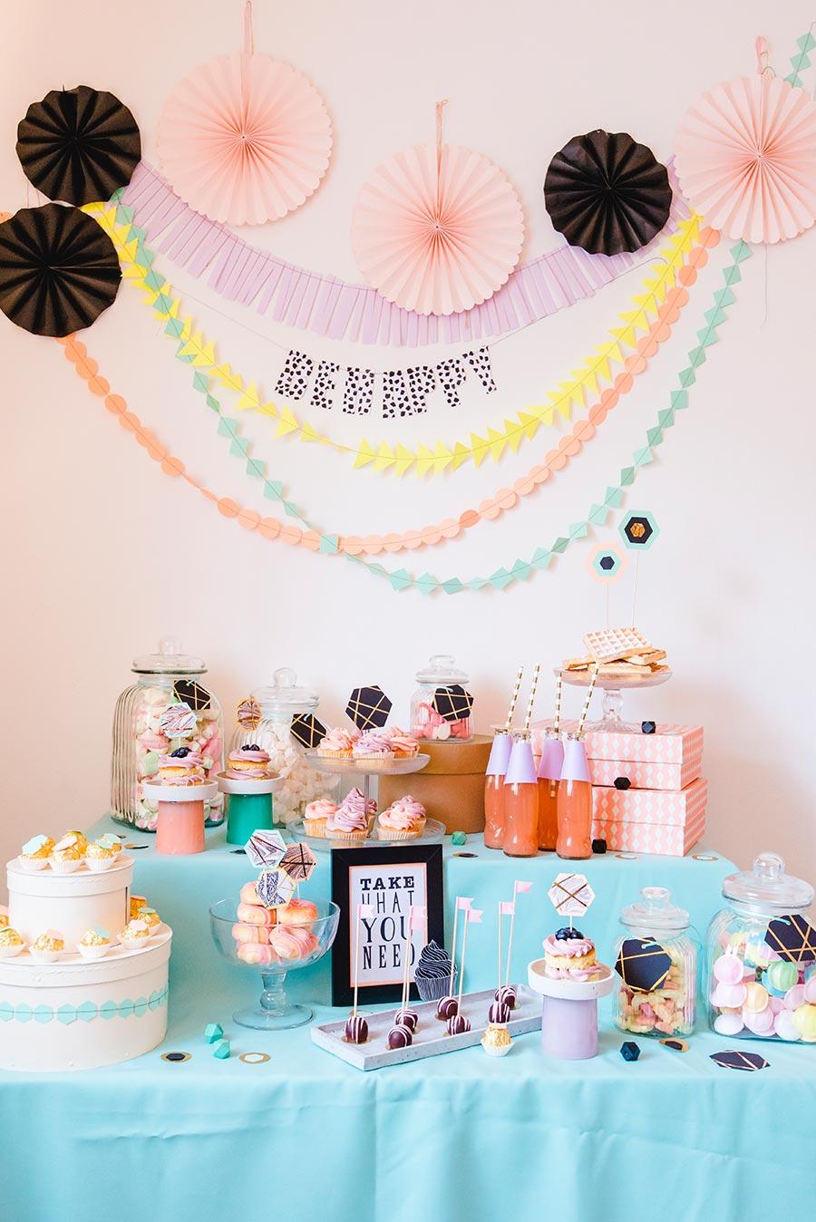 Eine Candybar zur Hochzeit selber gestalten - Mit Girlanden