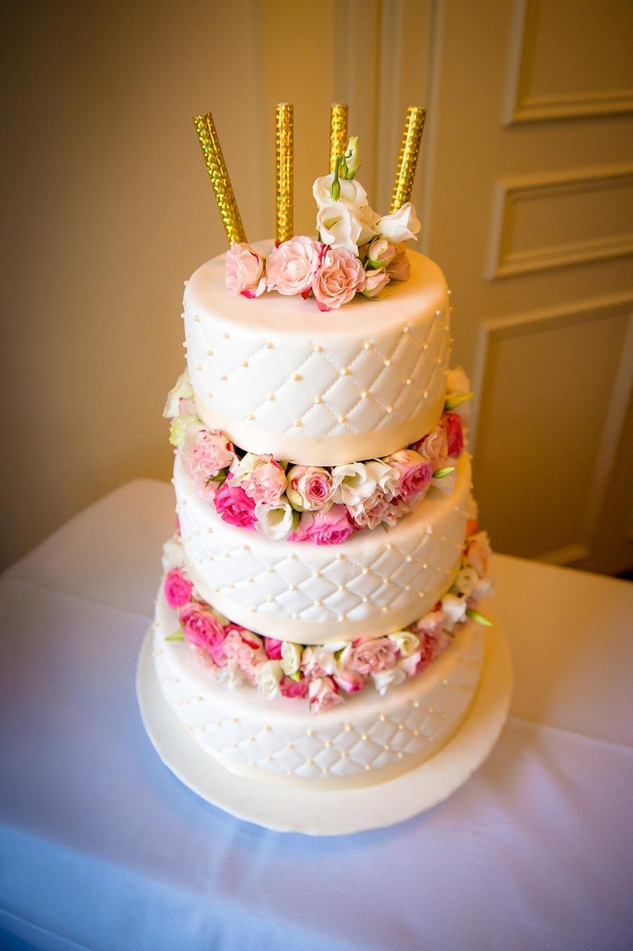 hochzeitsfotograf-duo-lux-photography-113-Hochzeitstorte-mit-echten-Blumen