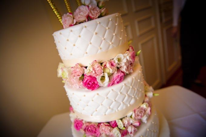 hochzeitsfotograf-duo-lux-photography-114-Hochzeitstorte-mit-echten-Blumen