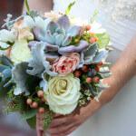 Ein Brautstrauß mit Sukkulenten und Rosen