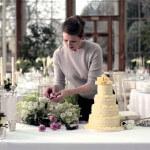 Hochzeitstorte mit echten Blumen dekorieren