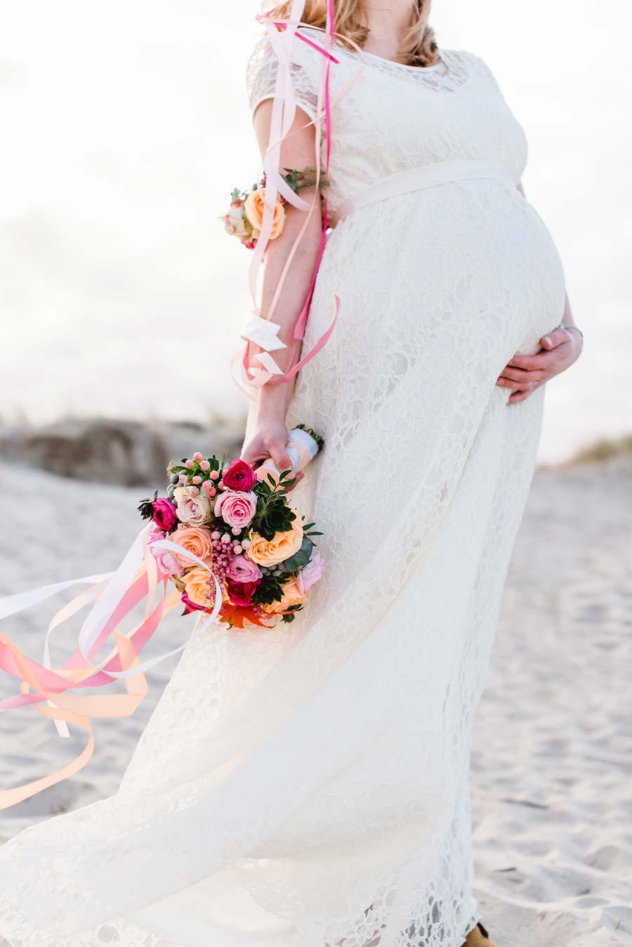 Babybauch-Hochzeit-Brautkleid-Nordsee-Sandra-Huetzen-27
