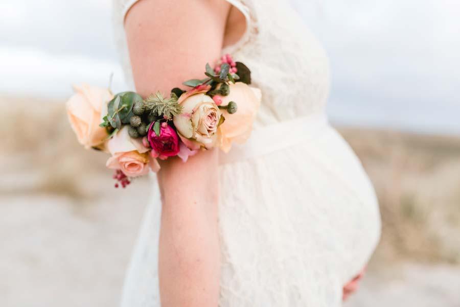 Schwanger heiraten mit Babybauch in einem hübschen Brautkleid von Labude