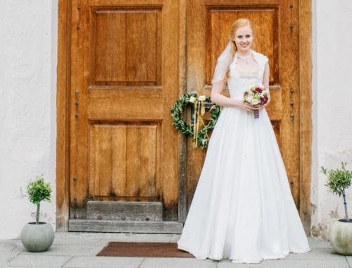 Ein Brautdirndl mit bodenlanger Brautkleidvariante von Tian van Tastique