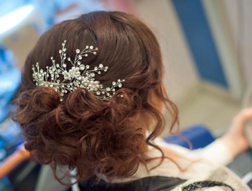 Haarschmuck für die Braut am Tag der Hochzeit
