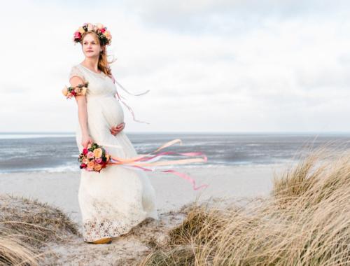 Heiraten mit Babybauch in einem hübschen Brautkleid von Labude