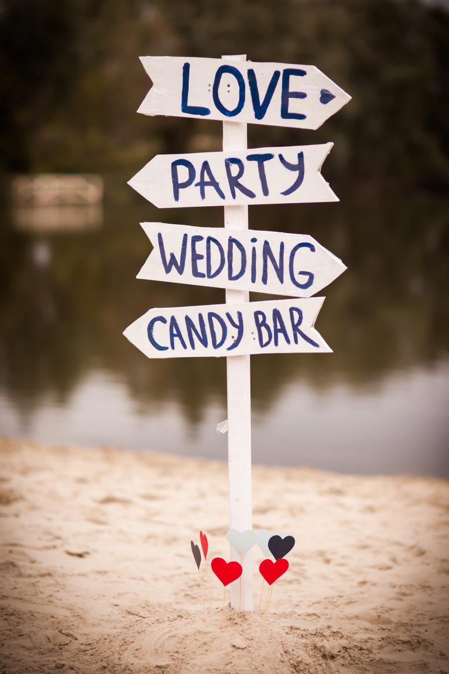 Holzschild als Wegweiser bei der Hochzeit und als Deko / Wood Wedding Sign