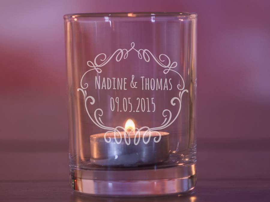 Personalisiertes Windlicht zur Hochzeit für die Tischdeko von Personello