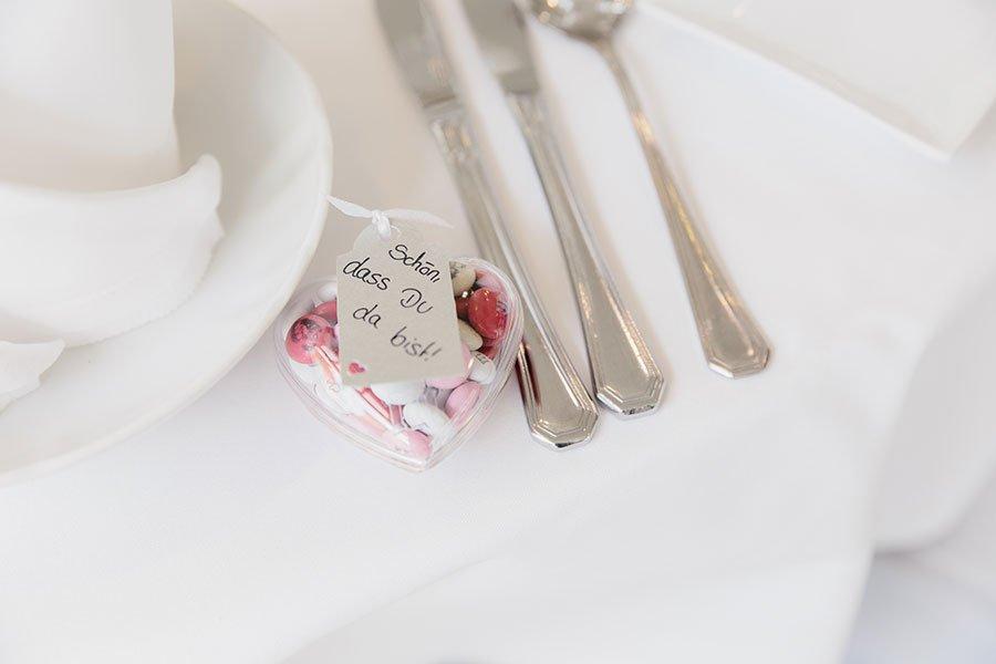 Personalisierte M&M's als Gastgeschenk zur Hochzeit in kleiner Herz-Dose