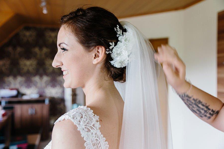 Braut Miriam beim Getting Ready am Tag ihrer Hochzeit