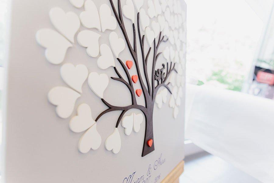 Nahaufnahme vom Wedding-Tree mit Herzen bei der Hochzeit