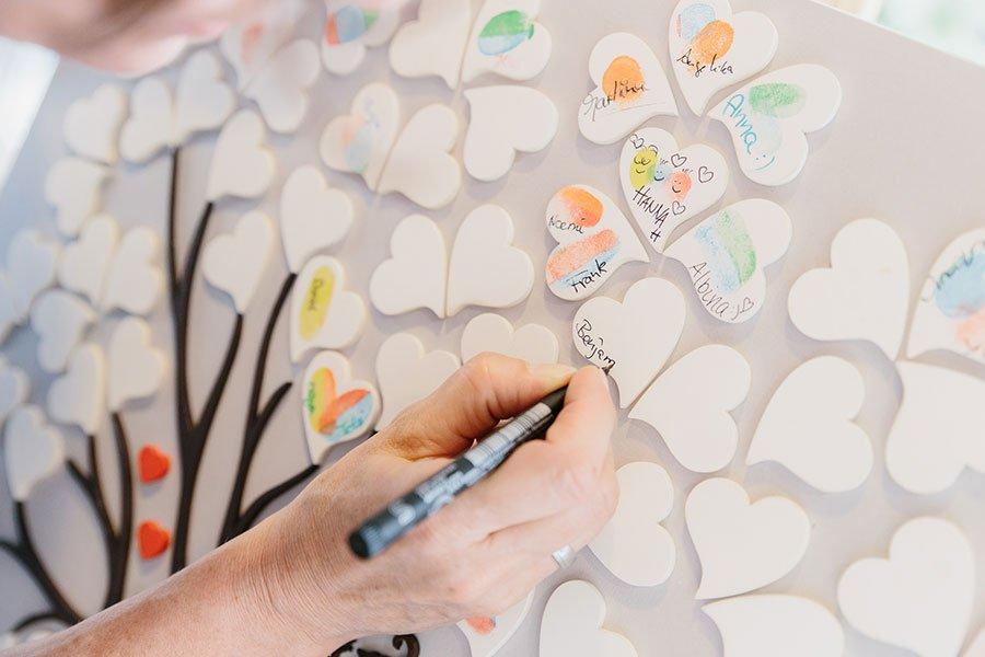 Nahaufnahme vom Wedding-Tree mit Herzen bei der Hochzeit wo Gäste ihren Fingerabdruck und Namen drauf hinterlassen