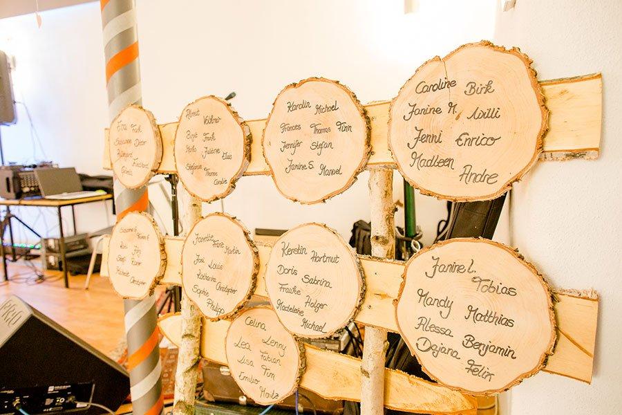 Tischplan für die Hochzeit mit Holzscheiben