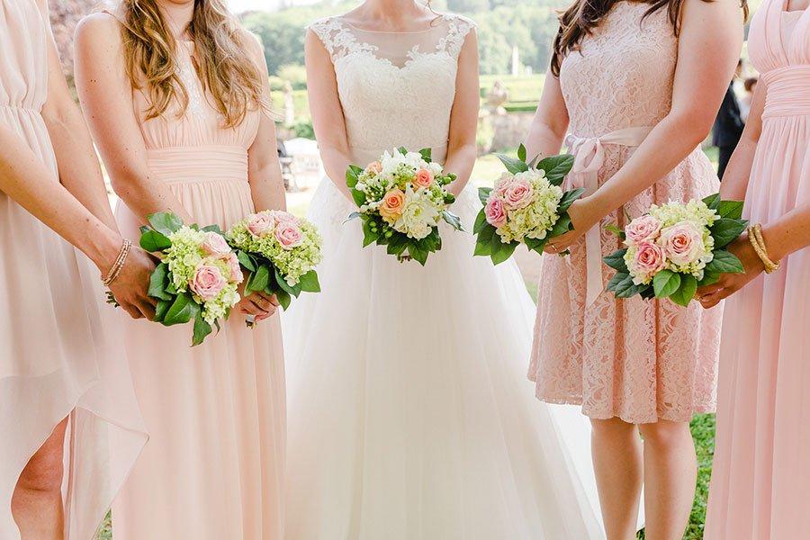 Brautjungerkleider und Sträuße in Altrosa