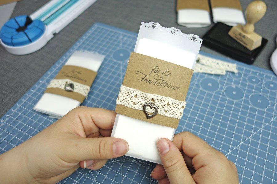 Freudentränen-Taschentücher zur Hochzeit im Vintage-Look basteln - Fertige Freudentränen