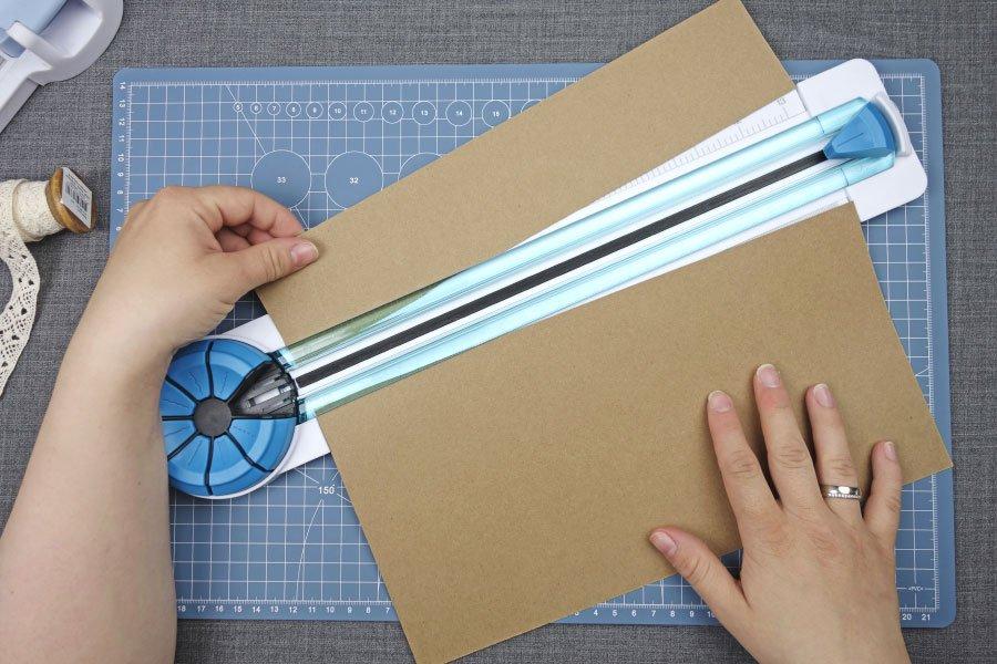 Freudentränen-Taschentücher zur Hochzeit im Vintage-Look basteln - Kraftpapier Streifen entnehmen