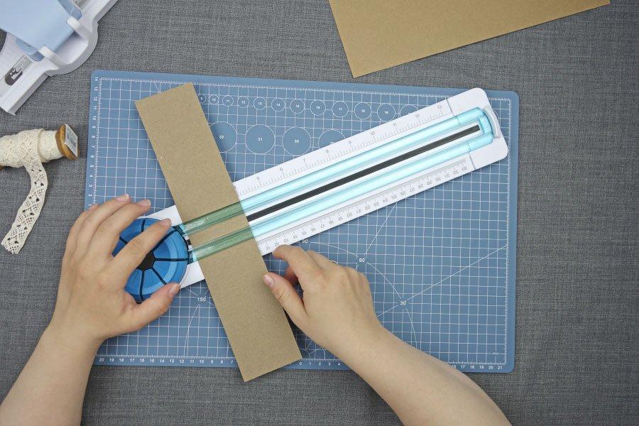 Freudentränen-Taschentücher zur Hochzeit im Vintage-Look basteln - Kraftpapier Streifen teilen