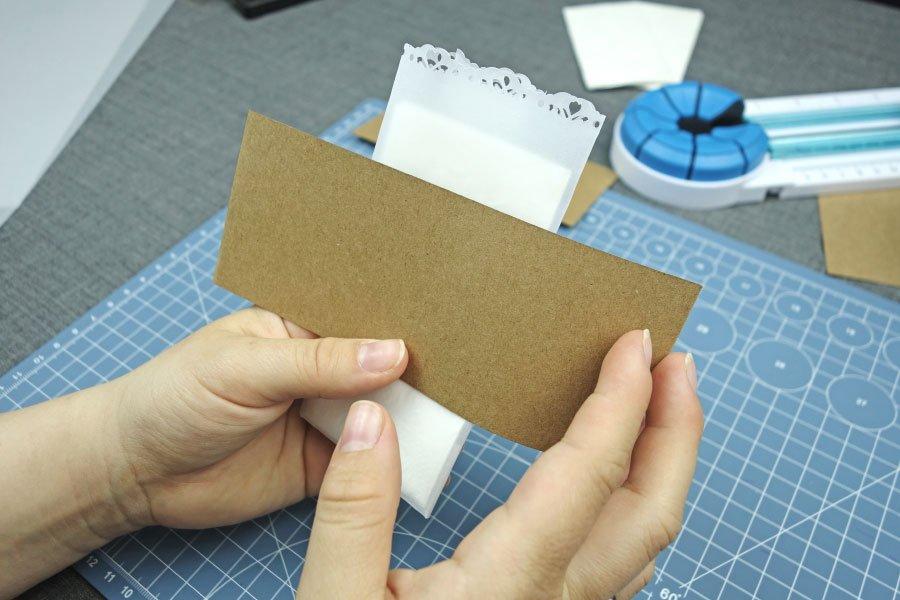 Freudentränen-Taschentücher zur Hochzeit im Vintage-Look basteln - Kraftpapier als Banderole umwickeln