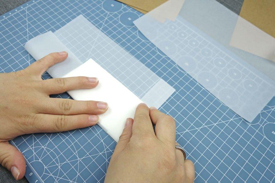 Freudentränen-Taschentücher zur Hochzeit im Vintage-Look basteln - Pergaminpapier zu einer Tasche knicken 2