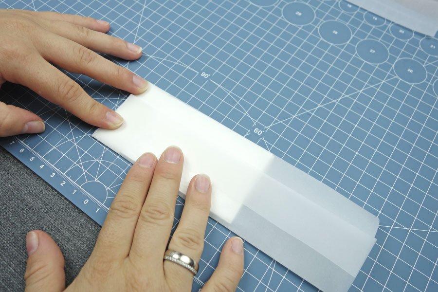 Freudentränen-Taschentücher zur Hochzeit im Vintage-Look basteln - Pergaminpapier zu einer Tasche knicken 3