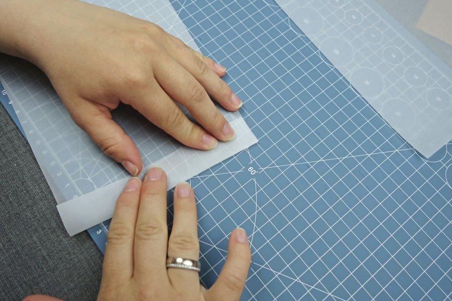 Freudentränen-Taschentücher zur Hochzeit im Vintage-Look basteln - Pergaminpapier zu einer Tasche knicken