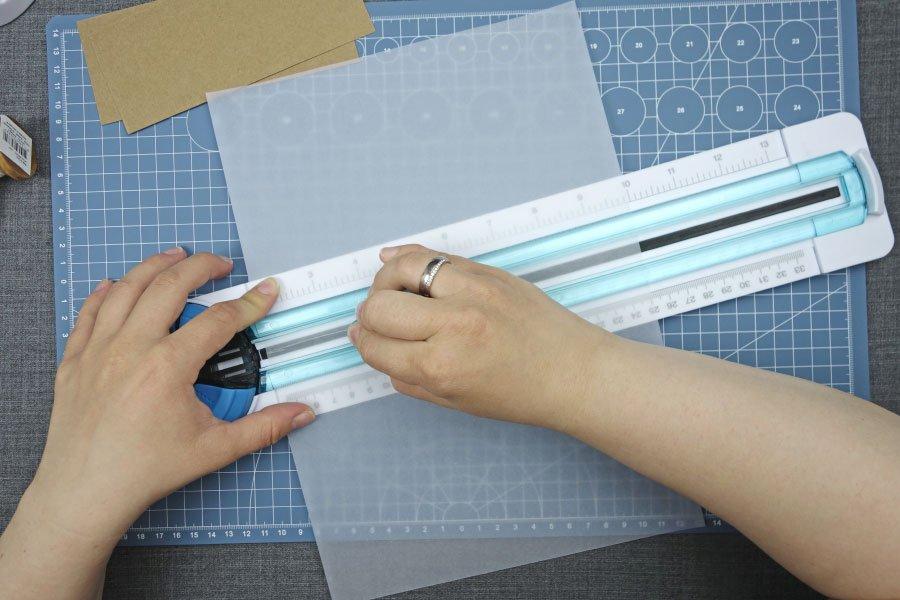 Freudentränen-Taschentücher zur Hochzeit im Vintage-Look basteln - Pergaminpapier zurechtschneiden