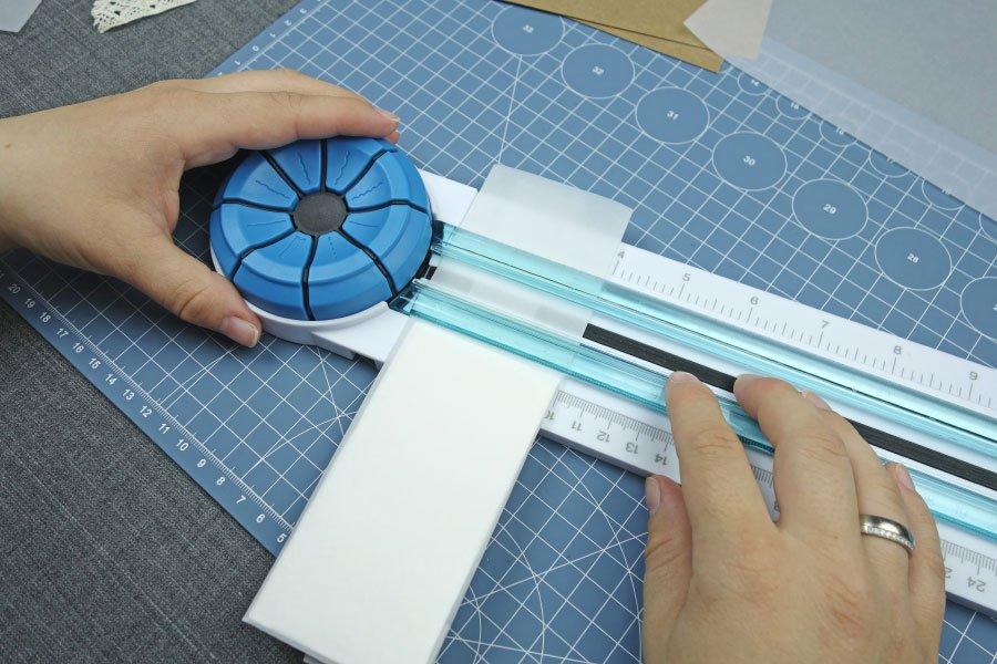 Freudentränen-Taschentücher zur Hochzeit im Vintage-Look basteln - Überstehendes Pergaminpapier abschneiden